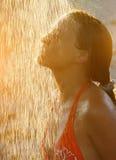 Doccia della presa della donna in sole all'aperto Fotografie Stock Libere da Diritti