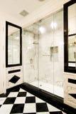 Doccia di marmo bianca con le porte di vetro Fotografia Stock Libera da Diritti