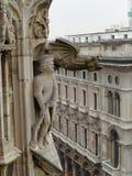 Doccione e scultura su Milan Duomo Milano, Italia Immagine Stock