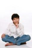 Doce años de la sentada del muchacho, pensando Foto de archivo libre de regalías