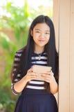Doce años del niño asiático que se coloca con la cara sonriente de la felicidad Imagenes de archivo