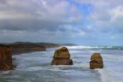 Doce apóstoles en el gran camino del océano durante día ventoso Fotografía de archivo