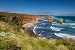 Doce apóstoles y cielo azul en día soleado, gran camino del océano, Australia Fotografía de archivo