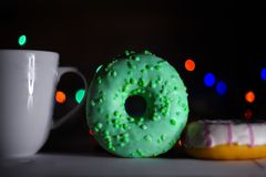 Doce da cor da filhós do café do copo Fotografia de Stock Royalty Free