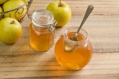 Doce da geleia de Apple no frasco de vidro na tabela de madeira com maçãs - selec Fotos de Stock Royalty Free