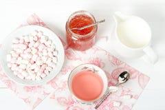 Doce da melancia, tisana, marshmallows Tabela de madeira branca Fotografia de Stock