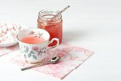Doce da melancia, tisana, marshmallows Tabela de madeira branca Foto de Stock Royalty Free