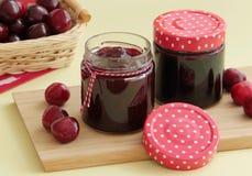 Doce de cereja caseiro e cerejas frescas no fundo Fotos de Stock