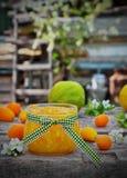Doce de fruta alaranjado em um frasco de vidro com fruto fresco Imagem de Stock Royalty Free