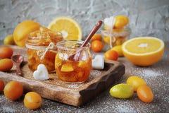 Doce de fruta caseiro das laranjas no frasco de vidro Foto de Stock Royalty Free