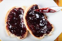 Doce de fruta das ameixas no pão Imagens de Stock