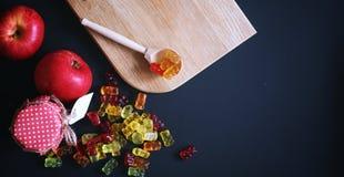 Doce de fruta em um vaso na tabela Doces em uma bacia no vagabundos pretos fotografia de stock