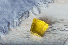 Doce de fruta fresco do doce do lenço azul amarelo do close-up da gota de Jelly Cube Sweet Dessert Jello suculento Foto de Stock Royalty Free