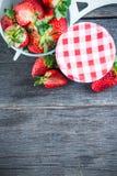 Doce de morango com frutos inteiros na tabela de madeira Foto de Stock Royalty Free