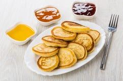 Doce de morango, doce do pêssego, mel em umas bacias, panquecas caseiros imagem de stock royalty free