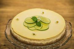 Doce delicioso bolo cozido com fruto foto de stock royalty free
