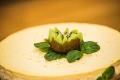 Doce delicioso bolo cozido com fruto fotografia de stock royalty free
