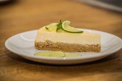 Doce delicioso bolo cozido com fruto fotos de stock royalty free