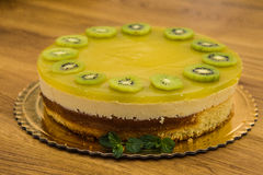Doce delicioso bolo cozido com fruto imagens de stock royalty free