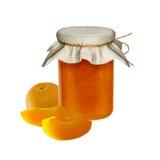 Doce do abricó no frasco de vidro isolado no fundo Fotografia de Stock Royalty Free