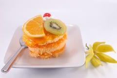 Doce do bolo da fruta no fundo branco Fotos de Stock Royalty Free
