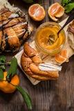 Doce do citrino com pão doce, pastelarias, laranjas, limão Imagens de Stock Royalty Free