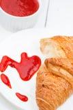 Doce do Croissant e de morango Foto de Stock