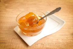 Doce do mel do abricó com colher, almoço completo fotos de stock royalty free
