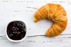 Doce e croissant na placa de madeira branca, vista de cima de fotografia de stock royalty free