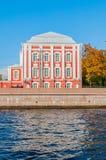 Doce universidades que construyen en el terraplén de la universidad en St Petersburg, Rusia en día soleado del otoño Imágenes de archivo libres de regalías