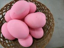 Docena de huevo del siglo, de huevo preservado del huevo, del pollo o del pato para cocinar el desayuno en el cubo, huevo de Pasc Foto de archivo