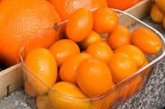 Docenas de naranjas llenadas para arriba en un montón Foto de archivo libre de regalías