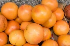Docenas de naranjas llenadas para arriba en un montón Fotografía de archivo