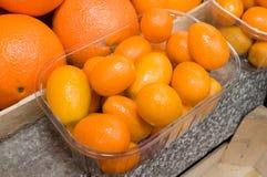 Docenas de naranjas llenadas para arriba en un montón Foto de archivo