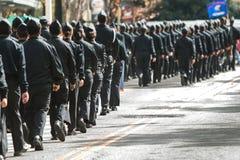 Docenas de paseo de los cadetes de ROTC en el desfile del día de veteranos de Atlanta Imagenes de archivo