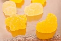 Doces amarelos da geleia cobertos com o açúcar Fotografia de Stock Royalty Free