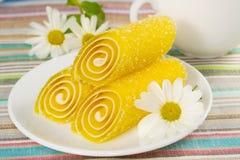 Doces amarelos em uma placa, close up Imagens de Stock