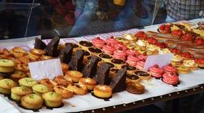 Doces, bolos, queques no mercado Fotografia de Stock
