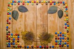 Doces bonitos em um fundo de madeira fotos de stock