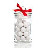 Doces brancos, Gumballs no frasco de vidro Fotografia de Stock Royalty Free