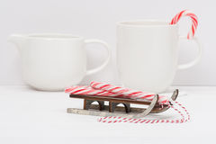 Doces Cane On Wooden Sledge do Natal branco imagem de stock royalty free