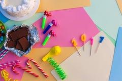 Doces, chocolate, assobios, flâmulas, balões, 2017 velas na tabela do feriado Foto de Stock