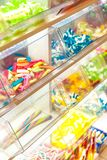 Doces coloridos brilhantes na janela da loja fotos de stock