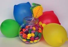 Doces doces coloridos Doces cor-de-rosa, amarelos e verdes e ballon colorido Foto de Stock