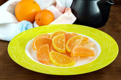 Doces coloridos da geleia dos doces festivos sob a forma das fatias do citrino, cobertas com o açúcar Fotos de Stock