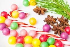 Doces coloridos do close up com pirulito, anis de estrela e árvore de abeto Imagens de Stock Royalty Free