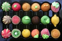 Doces coloridos do maçapão com formas das frutas Imagem de Stock
