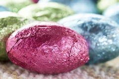 Doces coloridos do ovo da páscoa do chocolate fotografia de stock