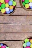 Doces coloridos do quadro no feriado festivo amarelo azul branco da criança da decoração da decoração do verde de madeira da baci imagem de stock royalty free