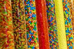 Doces coloridos em uma loja Foto de Stock